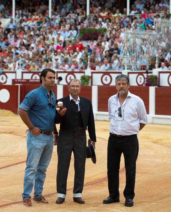 Andrés Rivas, recevant un émouvant hommage dans les arènes de Gijon le 14 aôut dernier. A ses côtés, Carlos Zuniga fils et Rafael Finat, Conde de Mayalde. (Photographie Circuitos taurinos)