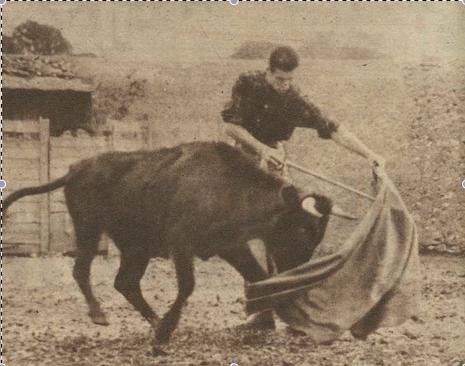 Antonio Ordoñez tentando en la ganadería de Atanasio Fernandez en 1955