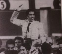Juan Mora saliendo a hombros de Las Ventas a finales de la temporada 1994, tras cortas dos orejas a los toros de Sepulveda. Fotografia Cano.
