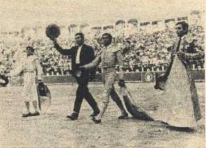 Pedro Tapia dando la vuelta al ruedo con los matadores el 12 de septiembre de 1970 al morir el tercer toro de aquella apoteósica tarde. Fotografia El Ruedo