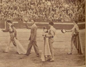 Pedro Tapia dando la vuelta al ruedo con los tres novilleros el 10 de mayo de 1953. Fotografia El Ruedo