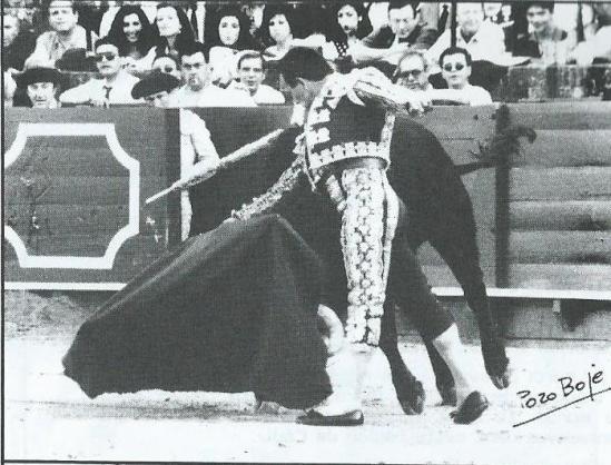 Curro Romero en Sevilla, ante un buen Sepulveda, en 1992. Fotografia publicada en Courrier de Ceret.