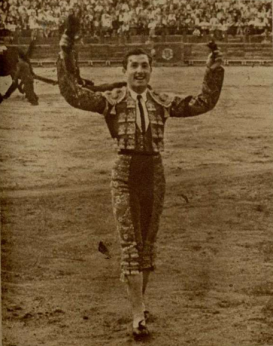 Pepin Martin Vazquez exultante después de conseguir los máximos trofeos de Abulillo en Toledo (1947)