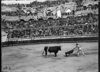 Fervor del publico francés en la plaza de toros de Nîmes a principios del siglo XX. Fotografia : Gaston Bouzanquet.