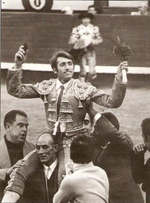 Miguel Cancela saliendo a hombros en Madrid.